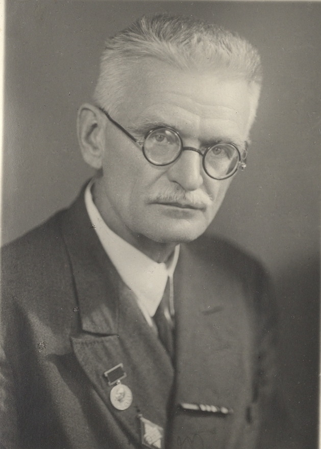 Смирнов Павел Петрович (1882-1947), профессор Историко-архивного института с 1938 по 1947 гг. Возглавлял институт в самое тяжелое для Москвы время с 12 ноября 1941 по 15 мая 1942