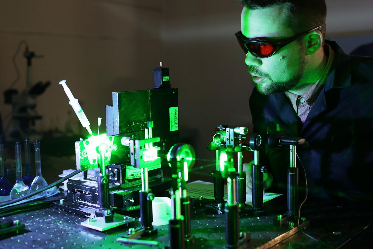 В мире лазеров Исследование веществ с помощью лазера. Алексей Лощилов