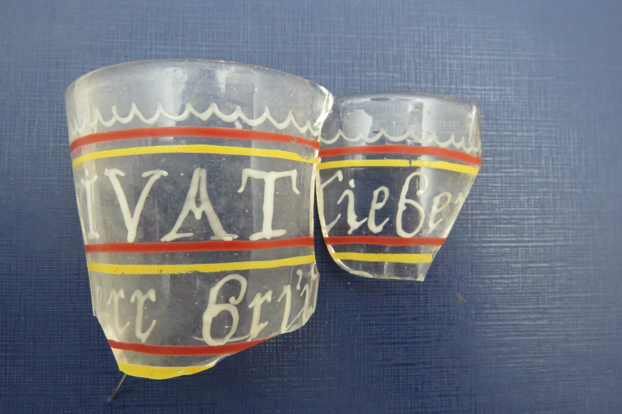 Осколки стакана с надписями