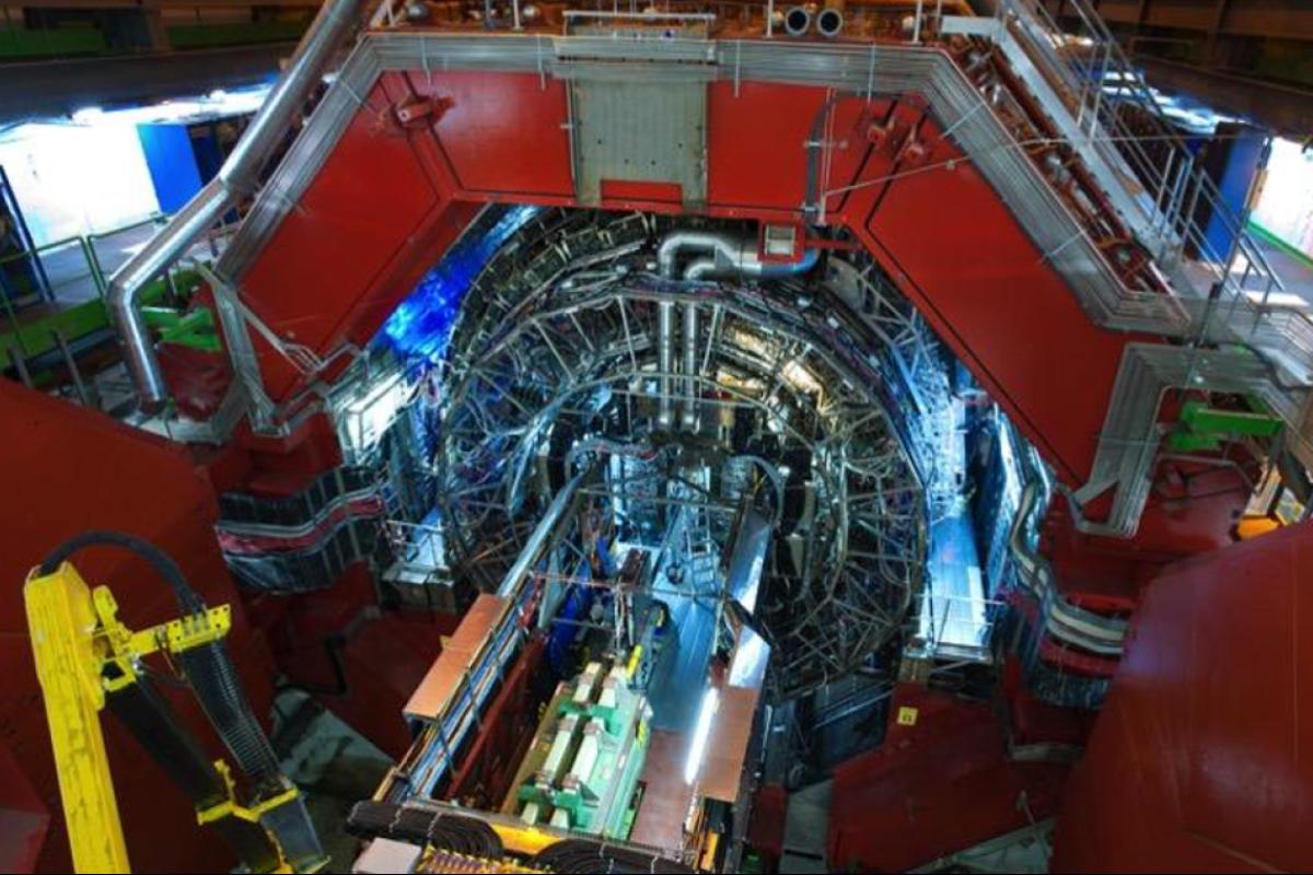Модификация установки ALICE на Большом адронном коллайдере в ЦЕРН. Для доступа к детектирующим системам открыты торцевые ворота ярма магнита. Фото коллаборации ALICE