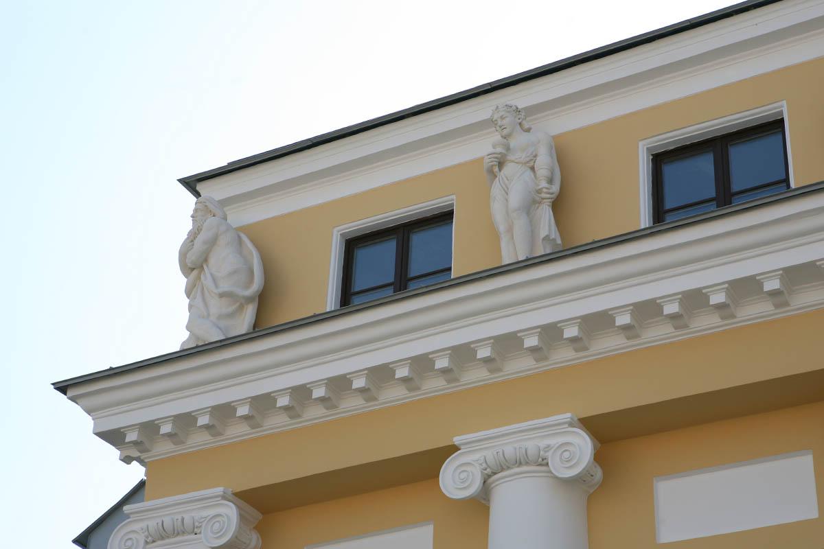 Фигуры времен года на фасаде