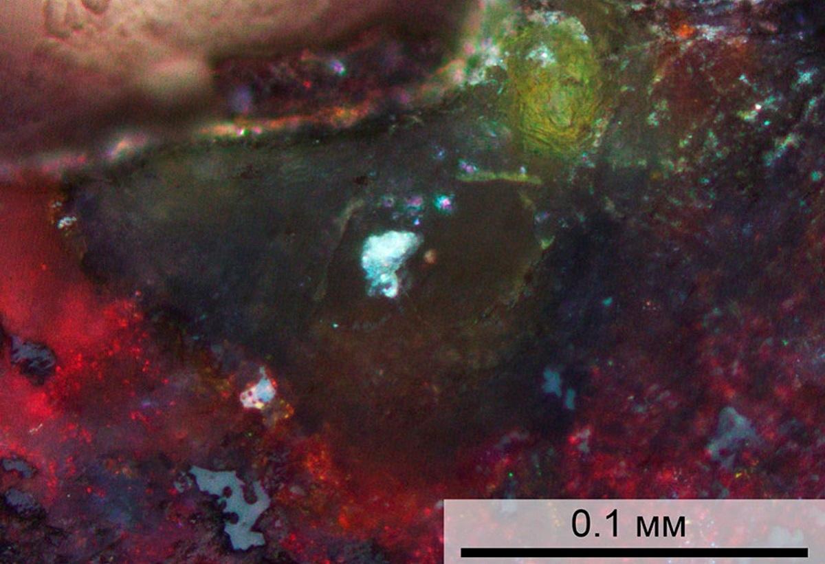 Микрофотография минерала, обнаруженного в бассейне Мертвого моря. Желто-зеленый агрегат — циклофосфат, красный — гематит (оксид железа). Источник: Britvin et al / Geology, 2020