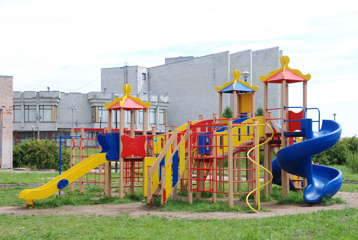 Детская площадка рядом с общежитием