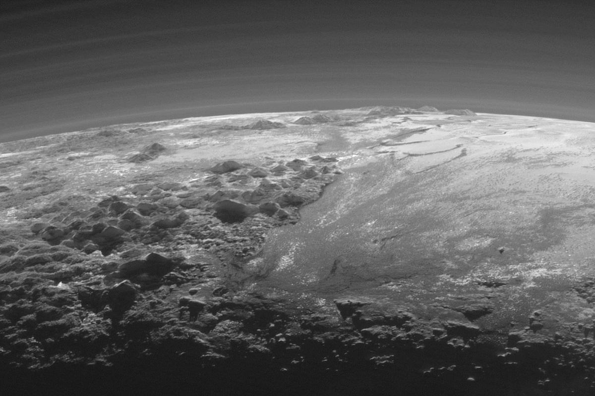 Закат на Плутоне (снимок зонда New Horizons)