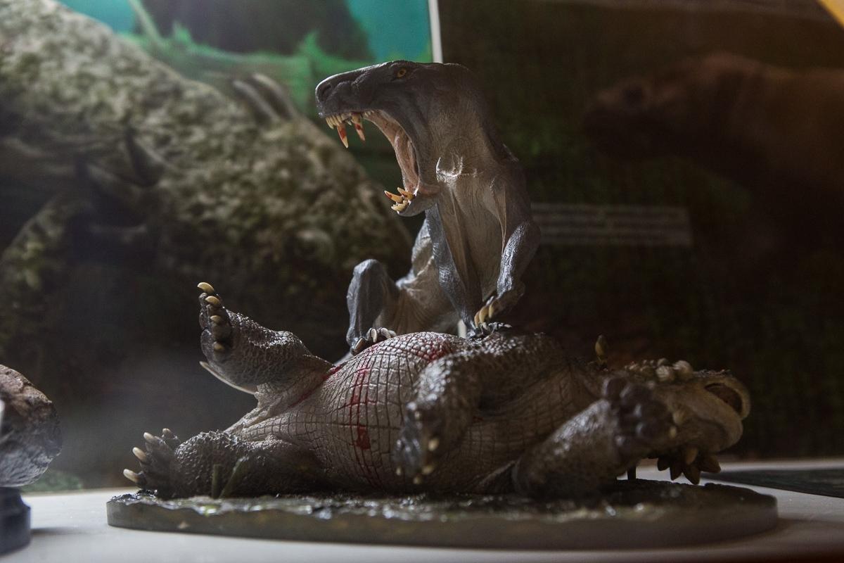 Скульптура «Иностранцевия с поверженным скутозавром»