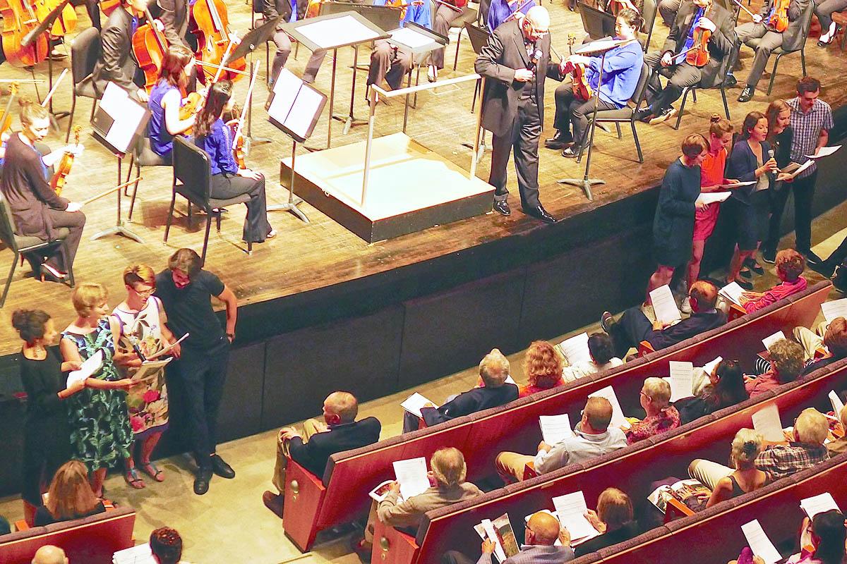 Магистранты программы обучают зрителей Bard Music Festival исполнению народной песни «Дубинушка»