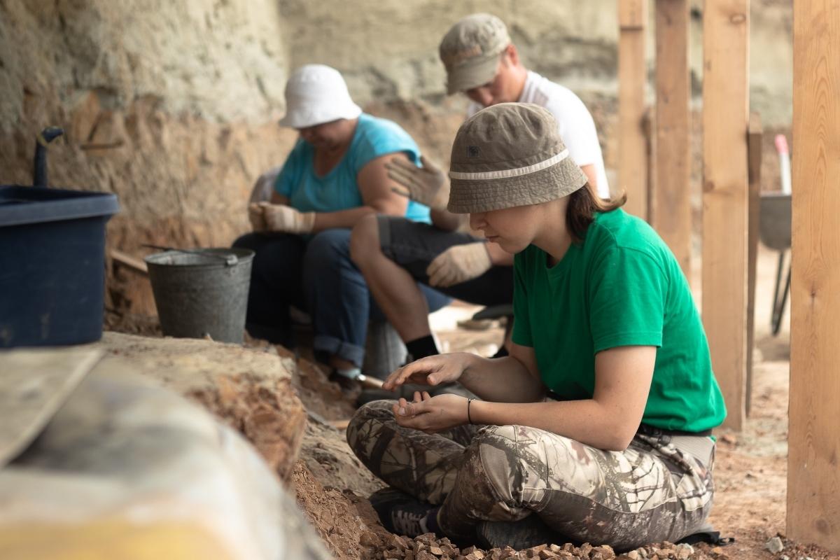 Медленное послойное снятие породы производят, чтобы найти как можно больше окаменелостей разного размера. Фото: Игорь Парахин