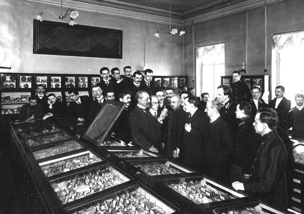 Профессор А.А.Иностранцев проводит занятие состудентами вмузее Геологического кабинета СПбГУ, 1898 год