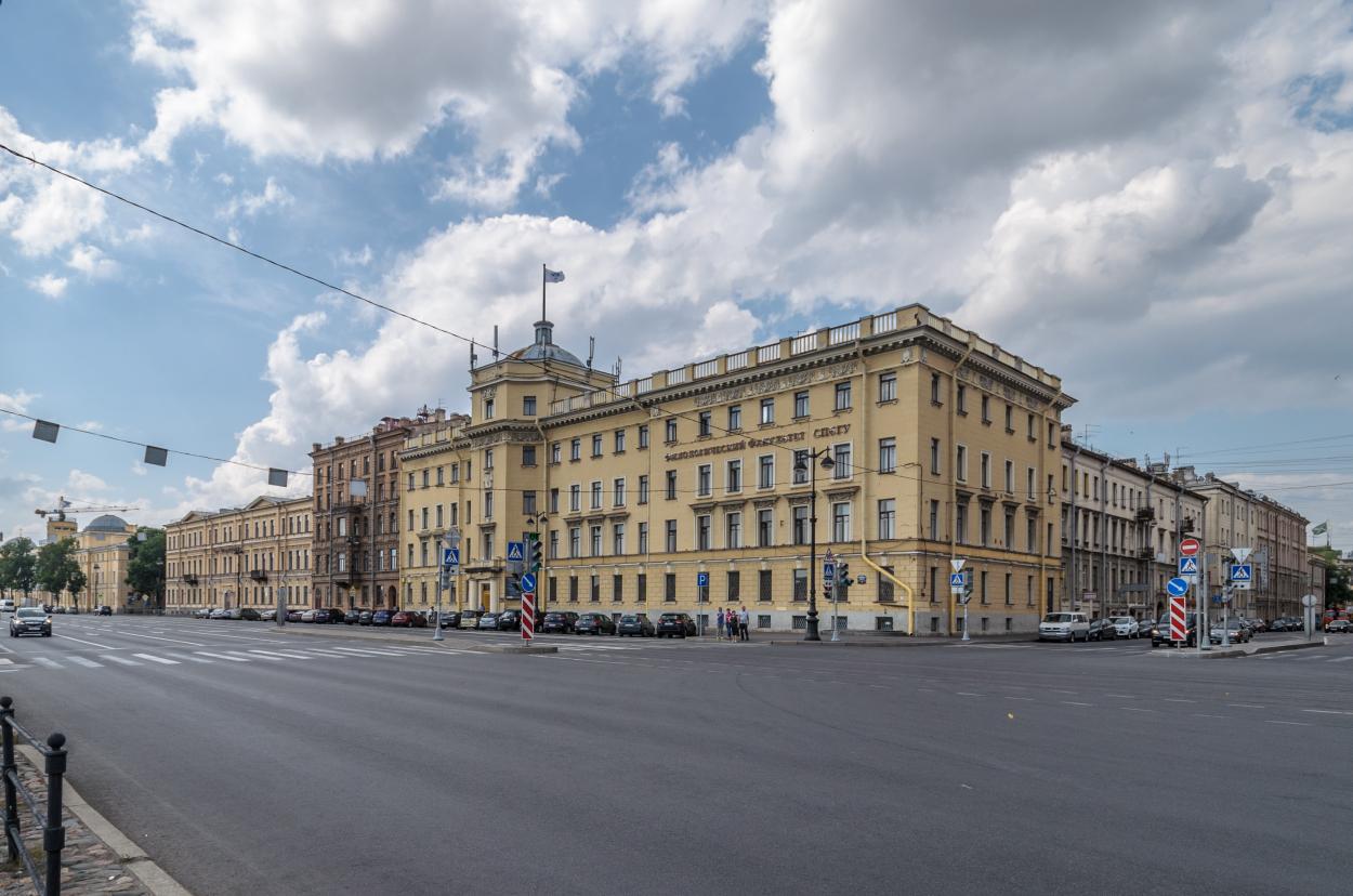Здание СПбГУ на 9-ой линии. Фото — Википедия