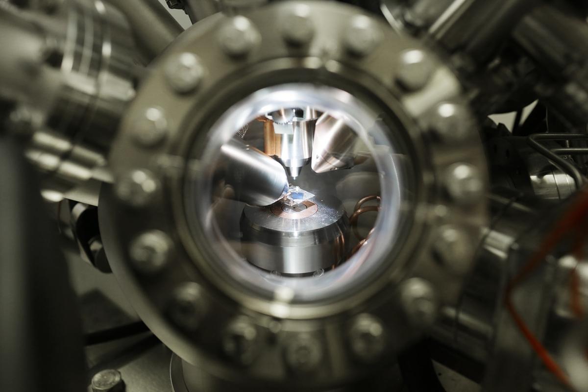 Спектрометр изнутри: фрагмент спектрометра, который является частью научно-исследовательской платформы Нанолаб СПбГУ